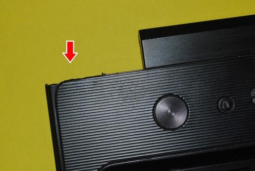 Lenovo G570. Стрелка указывает на отломанную деталь верхней части корпуса.