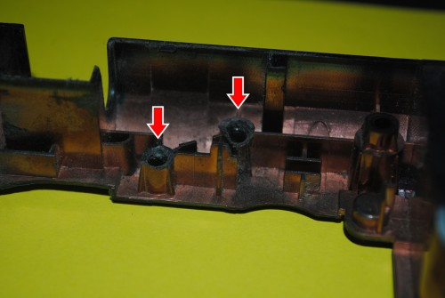 Lenovo G570. Левый угол, стрелками указаны обломанные крепления.