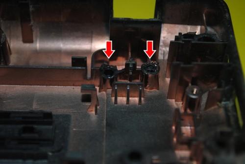 Lenovo G570. Правый угол, стрелками указаны обломанные крепления.