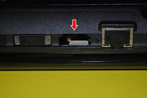 Lenovo G570. В корпусе Lenovo G570 нет выхода HDMI, в Lenovo G575. Так что у меня вместо разъема дырка для вентиляции. :) Разъемы рядом закрыты силиконовыми заглушками.